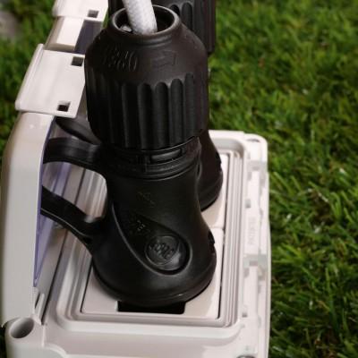 Schwarzer Schukostecker mit 16A 250V IP44-Gewindering für das EIVA-System