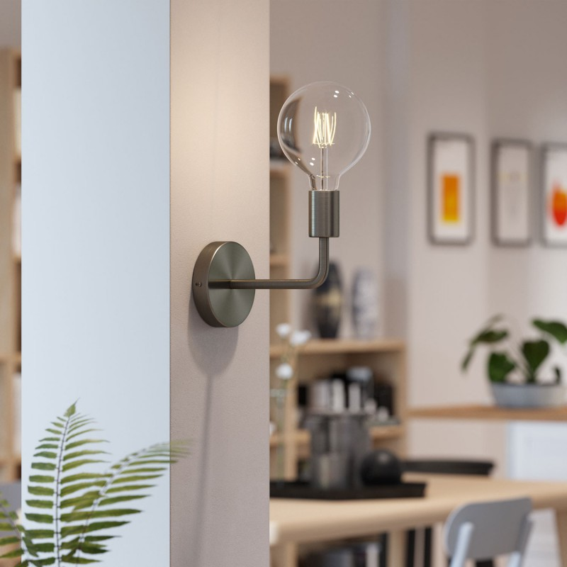 Fermaluce Metal aus minimalistisch anmutendem, monochromen Metall mit gebogenes Rohr